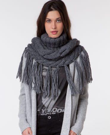 las bufandas de moda este otoño son de punto grueso