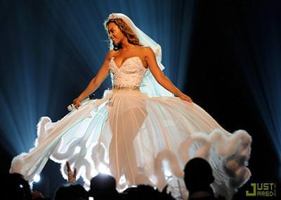 Beyonce acabó vestida de novia sobre el escenario