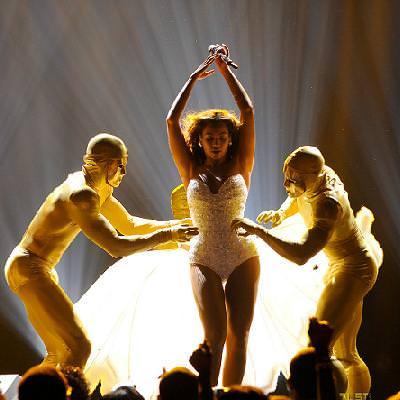 Beyoncé se cambio de ropa sobre el escenario