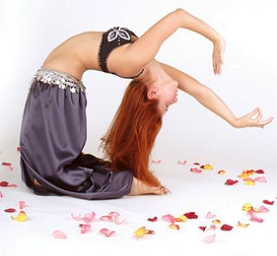 Bailar la danza del vientre te ayudará a conseguir un vientre plano