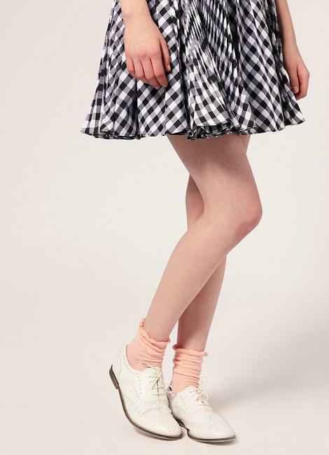 Calcetines con sandalias y oxfords
