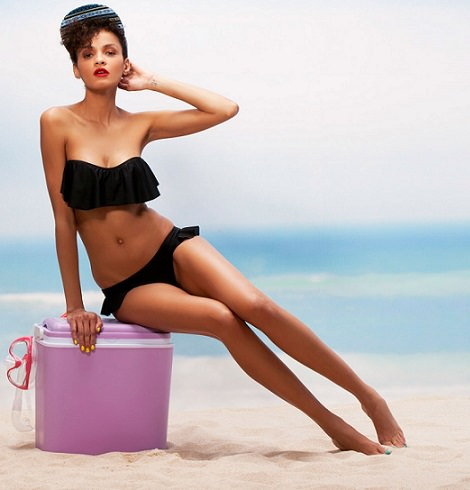 bikini negro con volante de bershka