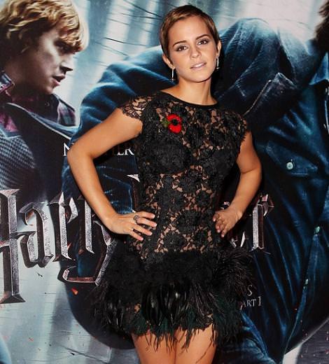 Emma Watson con vestido de encaje y plumas