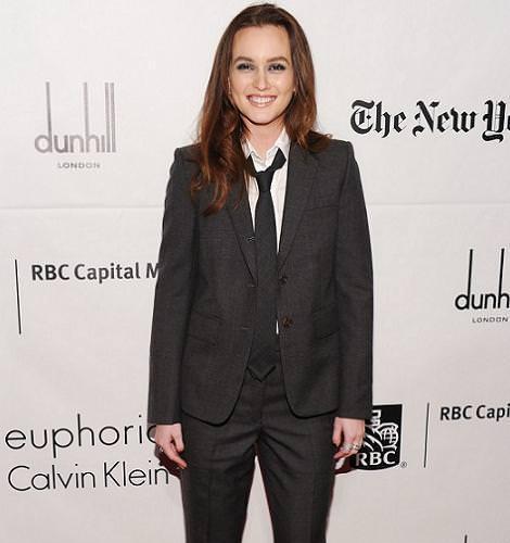 Leighton Meester de traje y corbata