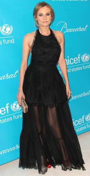 La estilosa Diane Kruger con un vestido de fiesta con escote en la espalda y transparencias