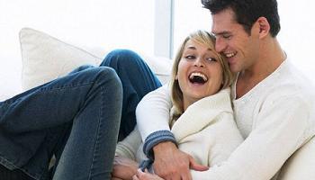 pareja riéndose